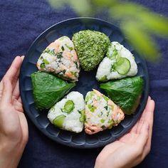 美味しすぎてやみつきに♡時短&可愛いさ抜群の「#おにぎりレシピ」7選 - LOCARI(ロカリ) Japanese Food Dishes, Japanese Food Sushi, Cute Food, Good Food, Yummy Food, Clean Recipes, Cooking Recipes, Healthy Recipes, Onigirazu