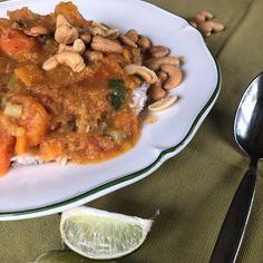 harissa-pompoencurry met linzen www.seizoenig.nl #gezondrecept #makkelijkerecepten #lekkervegetarisch Pork, Chicken, Kale Stir Fry, Pork Chops, Cubs