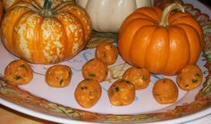 pup pumpkin treats Another fun, healthy parrot treat for the fall season. 2 cups of cooked mashed pumpkin (or sweet potato) 2 cups of leafy greens (chop finely, or just put though the food processor) 1 cup dry old fa… Parrot Pet, Parrot Toys, Parrot Chop, Caique Parrot, Parrot Food Recipe, Bird Food, A 17, Pet Birds, Your Pet