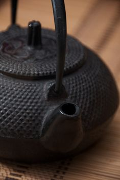 Tetsubin (鉄瓶) are Japanese cast iron pots having a pouring spout, a lid, and a handle crossing over the top, used for boiling and pouring hot water for drinking purposes, such as for making tea. en.wikipedia.org/... Image credit Dennis Wilkinson. #Tetsubin #Teapot #Cast_Iron