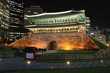 Namdaemun (숭례문) é um histórico Portão de Entrada. No passado, foi um dos três principais portões das Muralhas de Pedra da Cidade de Seul. Localizado em Jung-gu, entre a Estação de Seul e a Seoul Plaza, próximo ao histórico mercado Namdaemun.