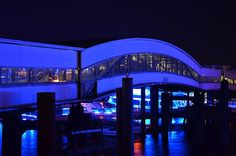 Zu den Hamburg Cruise Days 2014 leuchtet der Hafen alle zwei Jahre in Blau - der Hamburg Blue Port vom Lichtkünstler Michael Batz ist super!