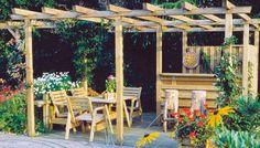 Pergola som hagestue kombinert med liten skjermvegg og barløsning.