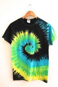 heart tie dye diy tie dye shirts diy designs tie dye a yellow shirt Designs Tie Dye, T Shirt Designs, Diy Tie Dye Shirts, Diy Shirt, Tye Die Shirts, Fold Shirts, Camisa Hippie, T-shirt Kunst, Camisa Tie Dye