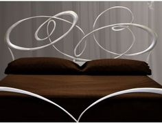 Baskerville letto in ferro battuto - Letto in ferro battuto (ferro pieno) in versione matrimoniale. Rete esclusa ad eccezione delle versioni con contenitore.