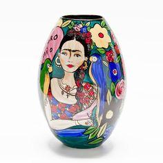 Vaso Decorativo de Porcelana pintado à mão.Medidas:26 x 26 x 38 cm(comprimento x largura x altura)Os vasos decorativos darão um toque especial em sua decoração. Farão uma bela composição visual dentro da sua sala. Eles podem ser colocados no ch...