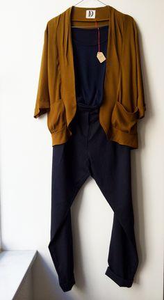 Look d'automne. Veste loose ocre Akiharu et pantalon marine Aki. www.dalva.paris