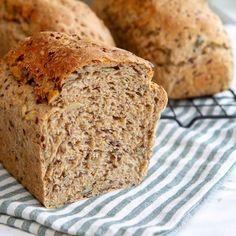 Grovbrød med gresskarkjerner og linfrø Oatmeal Bread, Banana Bread, Piece Of Bread, Nom Nom, Food And Drink, Desserts, Recipes, Breads, Tailgate Desserts