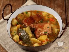 Potato stew with smoked bacon - Tocanita de cartofi cu costite afumate Quick Recipes, Pork Recipes, Romania Food, My Favorite Food, Favorite Recipes, European Dishes, Stewed Potatoes, Smoked Bacon, Pot Roast