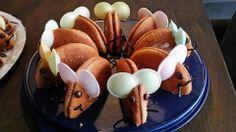 Wie is hierna nog bang voor muizen? Twee halve eierkoeken vastkleven met chocoladepasta. Oortjes zijn ufo's (bv snoepkraam op de markt) Snorharen en staart kan je maken van dropveter en de oogjes een druppel chocolade