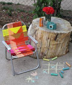 Recicla tú mismo una vieja silla de playa averiada tejiendo con hilos un nuevo entramado para ella.