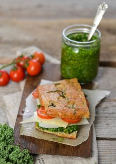 The ultimate green and grain free sandwich with kale pesto & manchego | A wonderful vegetarian and grain free sandwich. Made with almond flour focaccia and filled with homemade kale pesto. Paleo, LCHF, vegetarian and super healthy