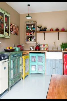 Cool vintage kitchen. Love the colors!