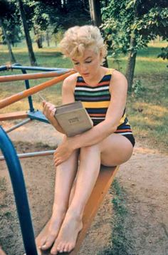 Marilyn Monroe reads Ulysses by James Joyce. Photo by Eve Arnold. Haha, the dumb blonde reads a difficult book. I've said it before, but believing Marilyn Monroe really was. James Joyce, Marlene Dietrich, Brigitte Bardot, Long Island, Scarlett Johansson, Divas, Us Actress, John Kennedy, Photographer Portfolio