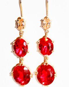 Pendientes de plata bañados en oro con piedras semipreciosas en color rojo. Ideales para dar un toque de color a tu look. #pendientes #pendienteslargos #pendientesnucca #nucca #hechoamano