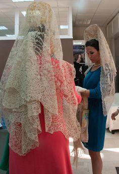 El ritual de la mantilla por Carmen Tello Carmen Tello, Bride Of Christ, Vintage Hairstyles, My Outfit, Vintage Antiques, Lace Skirt, Costumes, Skirts, Outfits