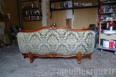 Relooking d'un lit régence teintée et vernie, pour faire une finition laquée argent.  Décapage intégral par aérogommage, puis application d'une laque argentée