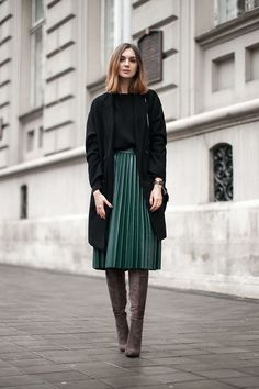 Green pleated skirt in midi length - Mode - Jupe Mode Outfits, Casual Outfits, Fashion Outfits, Womens Fashion, Fashion Trends, Casual Blazer, Casual Boots, Casual Wear, Skirt Fashion