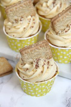 A cupcake twist on a Classic Biscuit – the Custard Cream. Custard flavoured Cupcakes, Vanilla Custard Frosting, and a Custard Cream biscuit to boot! Amazing Custard Cream Cupcakes! Cupcakes are what started my baking addiction, but before this all I used to eat was cookies, biscuits and cakes from the shop… this of course included the 'Custard Cream'. I LOVE biscuits out of the packet, they're built for being dunked into a hot drink and I will happily sit there an eat an entire packet of my…