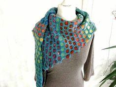 """Ihr bekommt eine PDF Anleitung für einen Schal Tuch """"Hexagon"""" mit farblich abgesetzten Sechsecken. Dies ist kein fertiger Schal, bitte beachten. Die Musterschals habe ich aus meinem handgefärbten Garn gestrickt: 100 % Wolle Lauflänge 300 m / 100 Gramm"""
