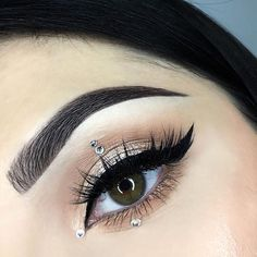 Classic winged liner with a bit of an edge to it @natalia_trojan shining in our #IconicLiteLashes . . . . #houseoflashes #lashes #lashtutorials #makeupvideos #motd #makeuplooks