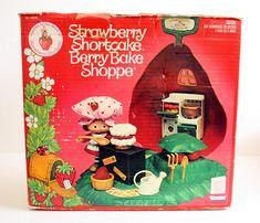 Strawberry Shortcake Berry Bake Shoppe! 80's toys!