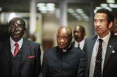 レソト情勢を話し合うため南アフリカに集まったムガベ・ジンバブエ大統領(左)、カーマ・ボツワナ大統領(右)と並ぶレソトのタバネ首相=9月15日、プレトリア(AFP=時事) ▼7Dec2014時事通信|国王が国会解散、来年2月に総選挙=クーデター騒ぎのレソト http://www.jiji.com/jc/zc?k=201412/2014120700217