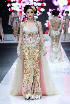 Puspawarni by Anne Avantie Batik Kebaya, Kebaya Dress, Batik Dress, Kebaya Lace, Kebaya Brokat, Trendy Dresses, Nice Dresses, Formal Dresses, Kebaya Wedding
