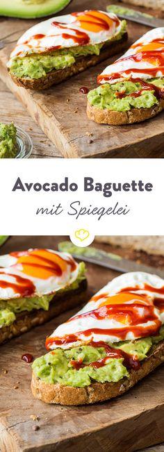 Lust auf ein kleines Schlemmer-Frühstück mit feurigem Touch? Dieses knusprige Baguette mit Spiegelei und Avocado ist einfach zum Anbeißen, vorallem wenn ein bisschen Sriracha für Extraschärfe sorgt.