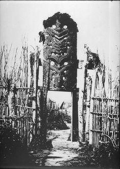 the entrance to maketu pā, ca Polynesian People, Polynesian Art, Tiki Totem, Tiki Tiki, Once Were Warriors, New Zealand Image, Maori Patterns, Maori People, Home History