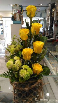 Altar Flowers, Florists, Make Arrangements, Arte Floral, Christmas Centerpieces, Flower Show, Ikebana, Flower Making, Fresh Flowers