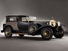 """The 1929 Rolls Royce Phantom I is a classic car. Also known as the """"New Phantom"""" it replaced the Silver Ghost, which had established its presence in the classic cars market. Rolls Royce Phantom, Auto Rolls Royce, Voiture Rolls Royce, Auto Retro, Retro Cars, Cars Vintage, Antique Cars, Vintage Auto, Automobile"""