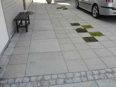 Betongplattor 35x35 och 70x70 i kombination. Större plattor visar gång. Urtag för växter mjukar upp bilinfart.  Hos kund Knivsta, egen design Form&Funktion.