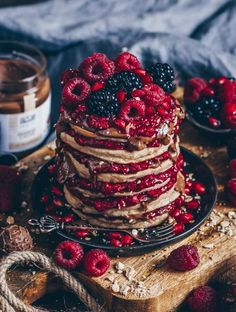Mandel-Pancakes mit heißen Himbeeren und Mandelcreme Almond pancakes with hot raspberries and almond cream Big Chocolate, Melting Chocolate, Pancake Healthy, Almond Pancakes, Raspberry Pancakes, Beautiful Birthday Cakes, Almond Cream, Vegan Sweets, Food Cravings