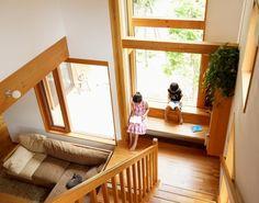 光差し込む窓際にベンチを造作した事例の紹介。