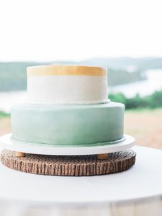 Chic minimalistic mint & gold cake: http://www.stylemepretty.com/north-carolina-weddings/charlotte/2015/08/18/rustic-mint-gold-north-carolina-wedding/ | Photography: Marcie Meredith - http://marciemeredith.com/