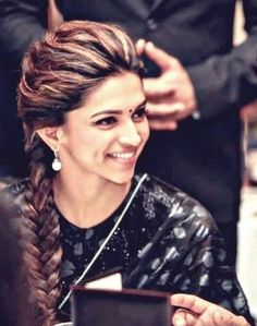 Deepika Padukone love her hairdo Indian Hairstyles For Saree, Saree Hairstyles, Easy Hairstyles, Beautiful Hairstyles, Bollywood Hairstyles, Indian Wedding Hairstyles, Style Deepika Padukone, Deepika Padukone Hairstyles, My Hairstyle