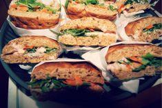 Igår var vi til forældre arbejdsdag i børnehaven med efterfølgende fællesbuffet, jeg var i sidste øjeblik i forhold til planlægningen af vores bidrag til buffet'en, så det blev den nemme, hurtige & smagsfulde variant.. Jeg købte bløde sandwich brød,røget laks,... Salmon Burgers, Mousse, Sandwiches, Lunch Box, Ethnic Recipes, Lunchbox Ideas, Flutes, Buffet, Salmon Patties
