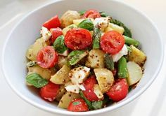 Der er ikke noget, der slår en god kartoffelsalat. Denne her er min hofsalat om sommeren – den skønne blanding af kartofler,grønt og en lidt skarp sennepsdressing er bare godt. Salaten bliver lækrest, når man bruger de bedste sommerfriske ingredienser – lækre små nyopgravede kartofler, saftige, solmodne tomater, sprøde grønne asparges, cremet bøffelmozzarella og masser …