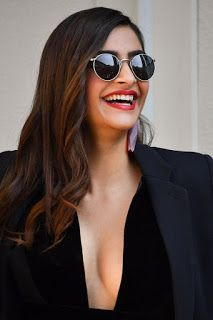 Beautiful and gorgeous bollywood actress: Hot boobs and cleavage of sonam kapoor Most Beautiful Bollywood Actress, Bollywood Actress Hot Photos, Bollywood Celebrities, Beautiful Actresses, Indian Actress Hot Pics, South Indian Actress, Hot Actresses, Indian Actresses, Sonam Kapoor Pics