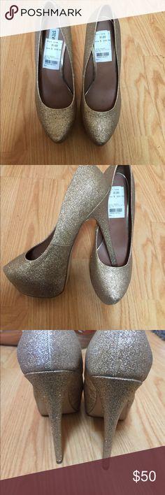 Steve Madden Dejavú Gold Glitter Heels 7 New with out tags. Never worn Steve Madden Shoes Platforms