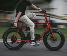 The fun design of the Buzzraw Electric Cruiser gets inspiration from the American mini-bikes. It has a distinct saddle design that maximizes Eletric Bike, E Bike Battery, Giant Bikes, Power Bike, Scooter Bike, Fat Bike, Electric Bicycle, Bike Frame, Rubber Tires