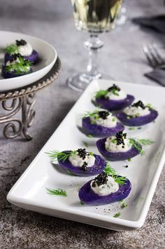 Purple potato bites with horseradish creme fraiche and caviar - bold colors and big flavors packed into a small, delicious morsel - the perfect starter for your holiday dinner or a cocktail party. Aperitivos Finger Food, Purple Potatoes, Potato Bites, Snacks Für Party, Le Diner, Appetisers, Appetizer Recipes, Gourmet Appetizers, Wedding Appetizers