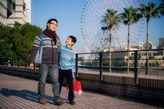 父と息子の街歩き stock photo
