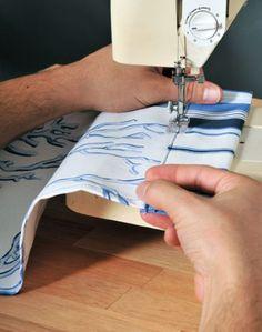 (Foto: casa.abril.com.br) Diy Room Divider, Sewing, Room Divider Walls, Kitchenettes, Wood Scraps, Handmade Home Decor, Furniture Ideas, How To Make Crafts, Tejidos