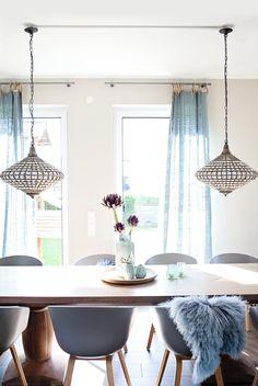 """Meine Mama hat mir letzte Woche diese wunderschönen """"Artischocken"""" mitgebracht! Hab noch nie so schöne gesehen! Hoffentlich bleiben Sie mir lange erhalten! Ihr müsst wissen mein """"grüner Daumen"""" ist irgendwie ganz ganz dunkelbraun :-) Ganz liebe Grüße Carlota Dining Room, Dining Table, Curtains, Interior, Furniture, Home Decor, Loft Ideas, Petra, House Ideas"""