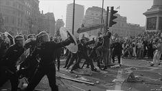 Nos seus anos finais de governo, Thatcher enfrentou sérios problemas políticos. Ela gerou divisões dentro do seu próprio Partido por sua posição contrária a mudanças que dariam mais poder aos órgãos da Comunidade Europeia e a introdução de um novo imposto para financiar governos locais (chamado em inglês de poll tax), instituído em 1989 e bastante impopular. Na foto, protestos contra o imposto em Londres. Foto: Getty Images