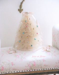 Tulle Christmas tree ~ DIY tea stained with miniature ornaments Tulle Christmas Trees, Diy Christmas Tree, Christmas Ideas, Tulle Crafts, Tea Stains, Shabby, Miniatures, Ornaments, Cake