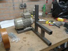 Building own beltgrinder Mechanical Workshop, Metal Workshop, Metal Bending Tools, Metal Working Tools, Metal Projects, Welding Projects, 2x72 Belt Grinder Plans, Diy Belt Sander, Knife Grinder