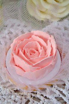 Krem maślany na bezie szwajcarskiej, znany również jako Swiss Meringue Buttercream, to według mnie najlepszy krem do dekoracji tortów i babeczek. Sweet Recipes, Cake Recipes, Frosting, Icing, Buttercream Flowers, Polish Recipes, Birthday Cupcakes, Food Cakes, Cake Cookies